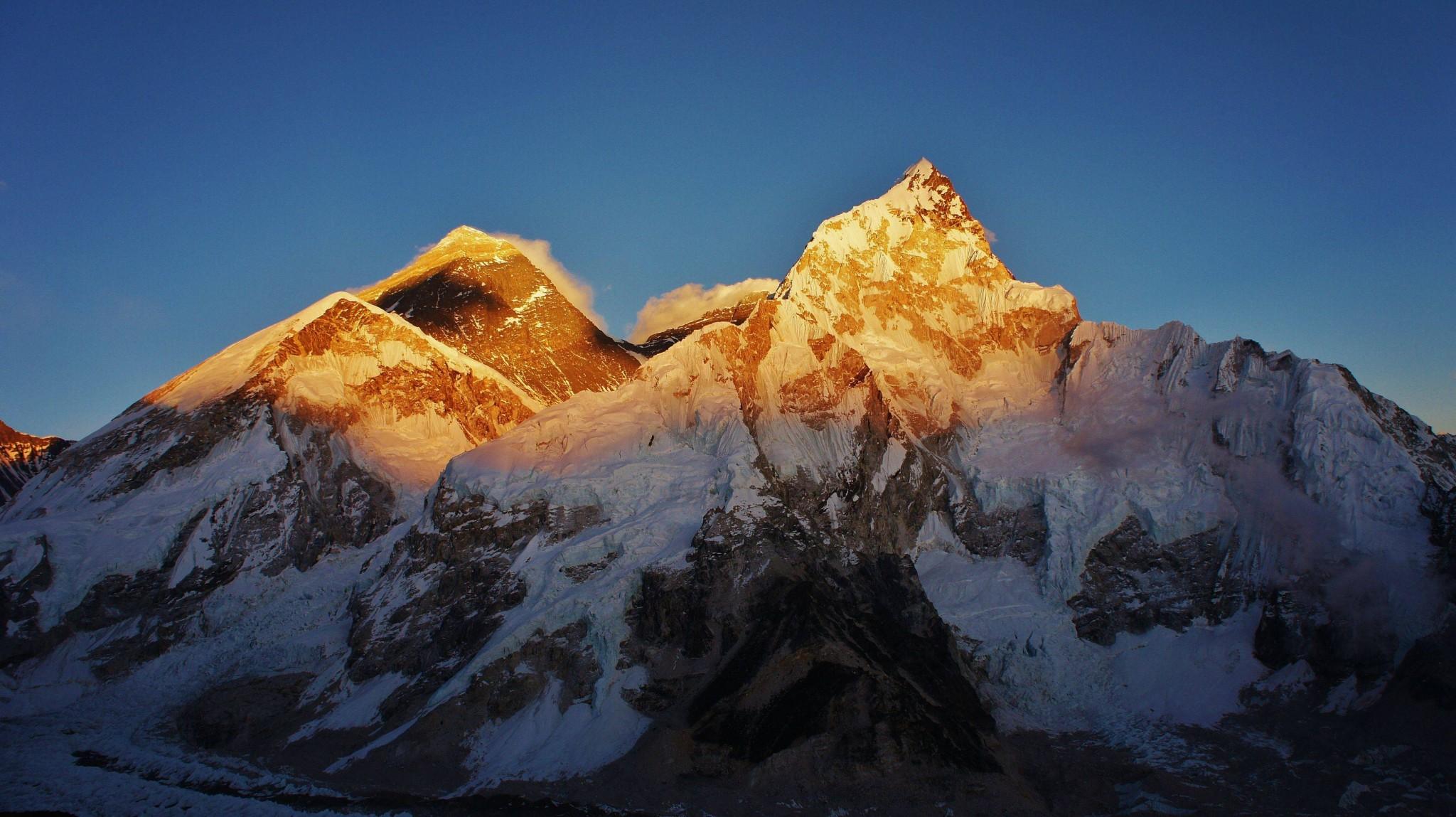 """călătorie spre """"centrul"""" Everestului"""